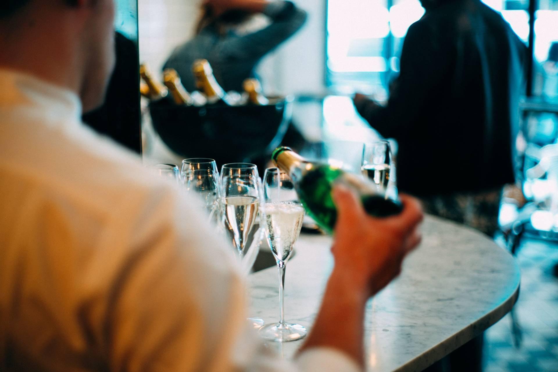 Pour Champagne